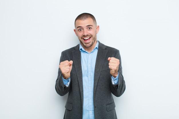 Sich schockiert, aufgeregt und glücklich fühlen, lachen und erfolge feiern, wow sagen!
