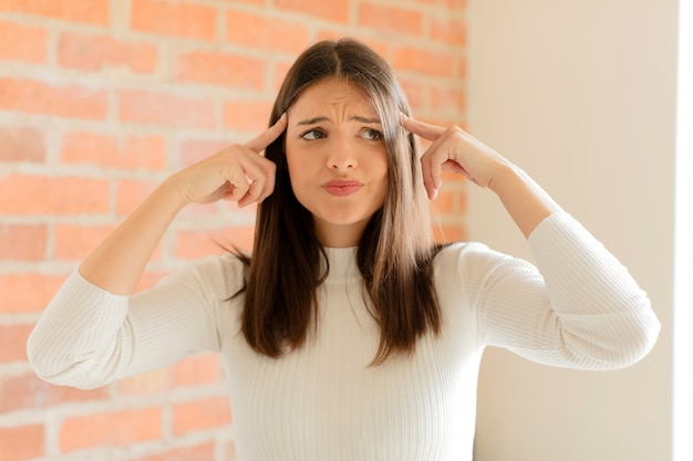 Sich verwirrt oder zweifelnd fühlen, sich auf eine idee konzentrieren, hart nachdenken, versuchen, platz auf der seite zu kopieren