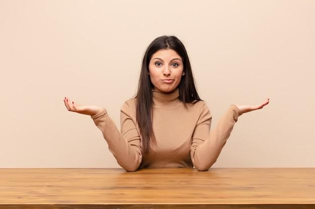 Sich verwirrt und verwirrt fühlen, zweifeln, gewichten oder verschiedene optionen mit lustigem ausdruck wählen