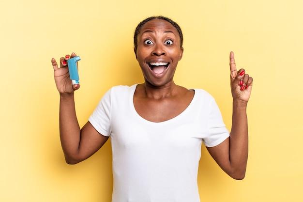 Sich wie ein glückliches und aufgeregtes genie fühlen, nachdem eine idee verwirklicht wurde, fröhlich den finger heben, heureka!. asthma-konzept