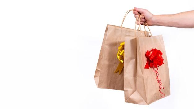 Sichere kontaktlose fernzustellung von weihnachtsgeschenken während einer coronavirus-pandemie.