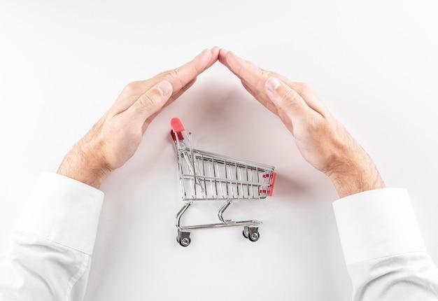 Sicheres online-einkaufskonzept warenkorb mit der hand geschützt