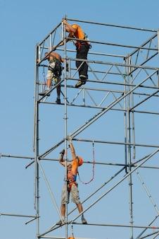 Sicherheit bei der arbeit. arbeiter auf dem gerüst