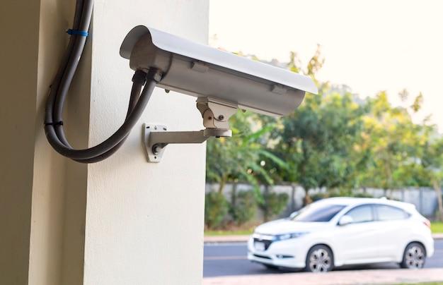 Sicherheit der cctv-kamera auf dem parkplatz im freien