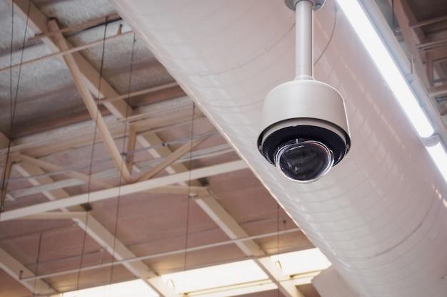 Sicherheits-cctv-kamera im supermarktgebäude