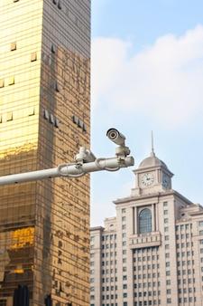 Sicherheits-kamera wacht über die stadt