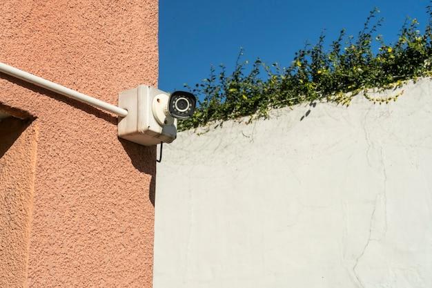 Sicherheits- oder überwachungskamera für den außenbereich, die an der außenwand eines gebäudes installiert ist. konzeptsicherheit, fernüberwachung, überwachung.