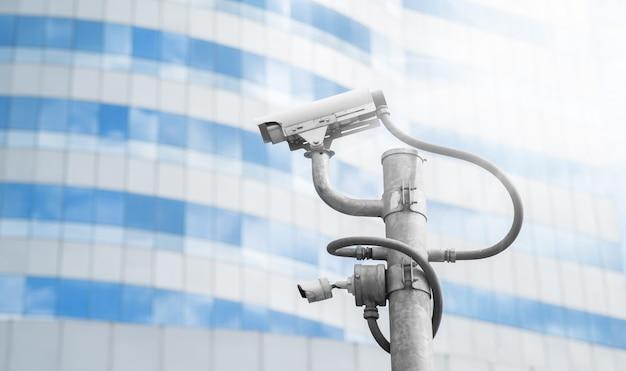 Sicherheits-überwachungskamera vor modernem gebäude