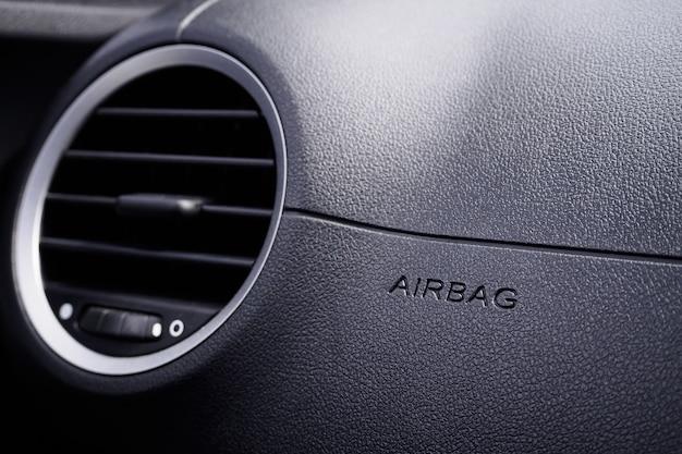 Sicherheitsairbagschild im auto