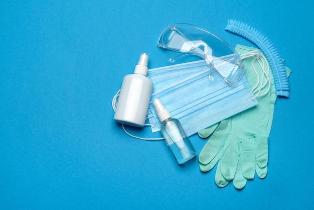 Sicherheitsausrüstung gegen den ausbruch des coronavirus covid-19-virus - sicherheitsmaske, händedesinfektionsmittel