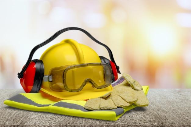 Sicherheitsausrüstung - helm, brille, gehörschutz