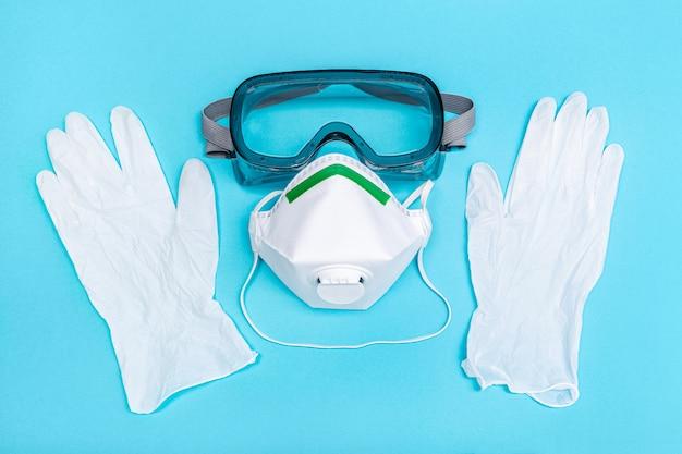 Sicherheitsausrüstung oder schutzanzug gegen den ausbruch des coronavirus covid-19-virus. sicherheitsmaske, schutzhandschuhe und brille