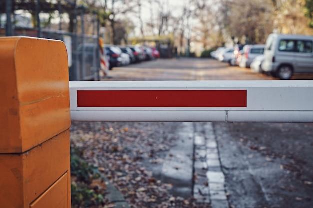 Sicherheitsbarriere eines parkplatzes. geschlossener durchgang