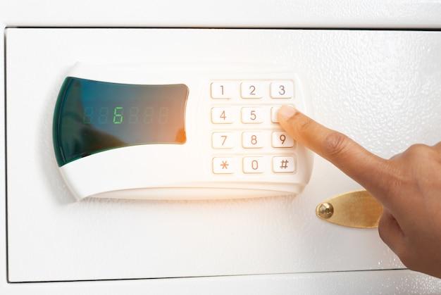 Sicherheitscode auf nummerntaste drücken, um safe zu entsperren