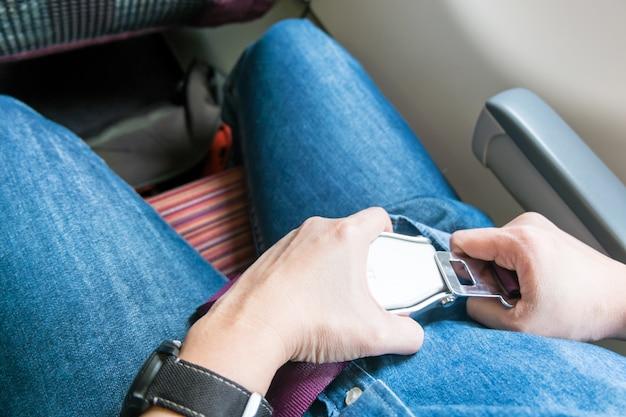 Sicherheitsgurt am sitz im flugzeug vor dem start befestigen