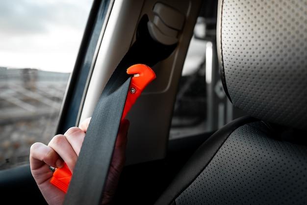 Sicherheitshammerbefestigung und sicherheitsgurtschneider im fahrzeuggebrauch bei unfall.