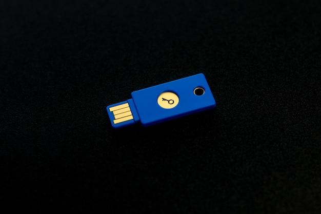 Sicherheitssystemkonzept. schlüsselförmiges usb-laufwerk auf dunklem hintergrund. thema technologie und datensicherheit.