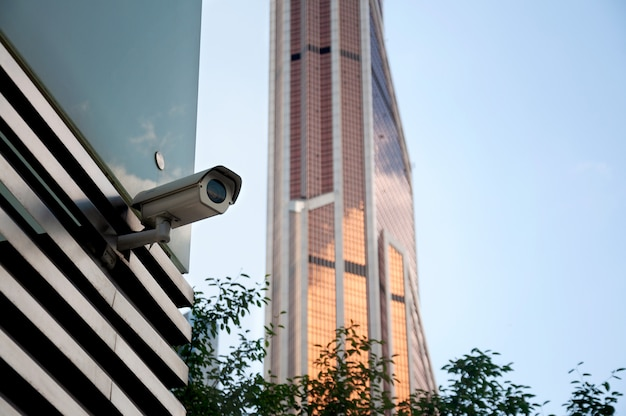 Sicherheitsüberwachungssystem am eingang eines modernen bürogebäudes. zwei kameras der videoüberwachung.