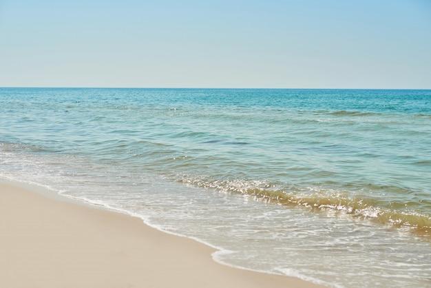 Sicht auf den strand und das meer, blaues wasser