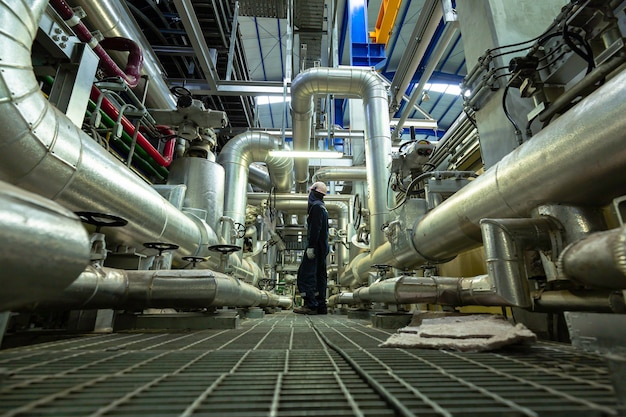Sichtkontrolle des männlichen arbeiters innerhalb des kontrollraumventils und der pipeline-kraftwerke