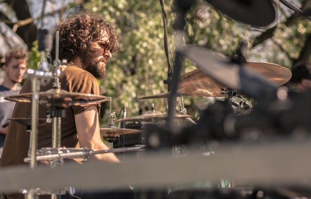 Side-drummer-portrait während eines live-konzerts