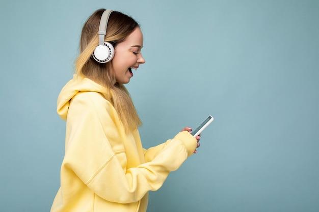 Sideptofile-foto der schönen verblüfften jungen frau, die stilvolles lässiges outfit trägt, lokalisiert über