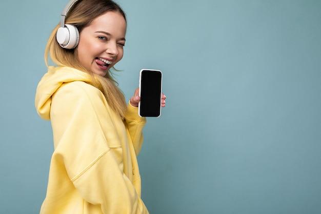 Sideptofile nahaufnahmefoto einer schönen sexy positiven jungen frau, die ein stilvolles, lässiges outfit trägt
