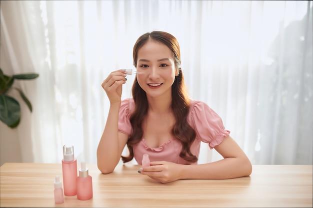 Sie filmt eine rezension über aroma für ihren beauty-blog. blogger-konzept.