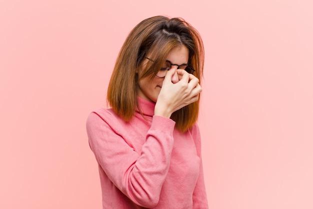 Sie fühlen sich gestresst, unglücklich und frustriert, berühren die stirn und leiden unter migräne mit starken kopfschmerzen