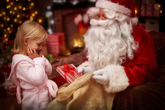 Sie ist so aufgeregt über das neue weihnachtsgeschenk