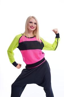 Sie kann es tun. studioporträt einer fröhlichen, sportlichen frau mit roten lippen, die ihre armmuskeln biegt und kraftvoll macht, aktives vitalitätssportkonzept isoliert