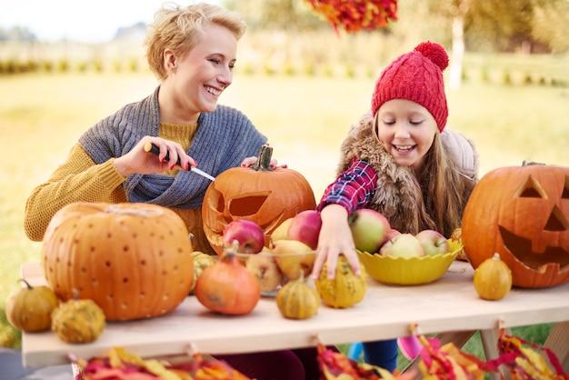 Sie lieben es, die halloween-party vorzubereiten