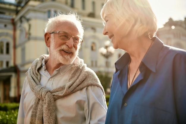 Sie machen mich glücklich, ein schönes älteres paar, das sich ansieht und beim ausgeben lächelt