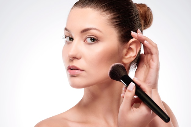 Sie macht ein perfektes make-up