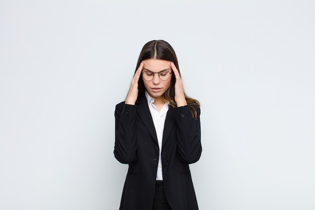 Sie sehen gestresst und frustriert aus, arbeiten unter druck mit kopfschmerzen und haben probleme