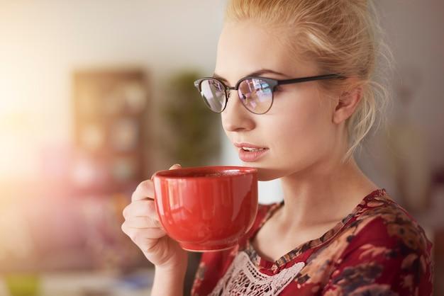 Sie weiß, wie gut kaffee schmeckt