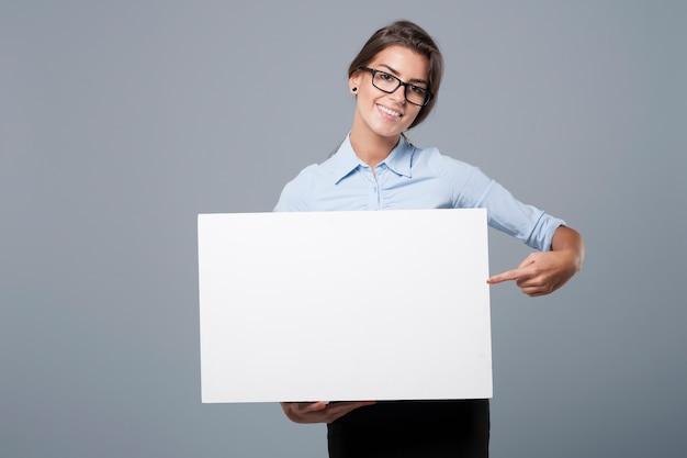 Sie zeigt auf dem whiteboard