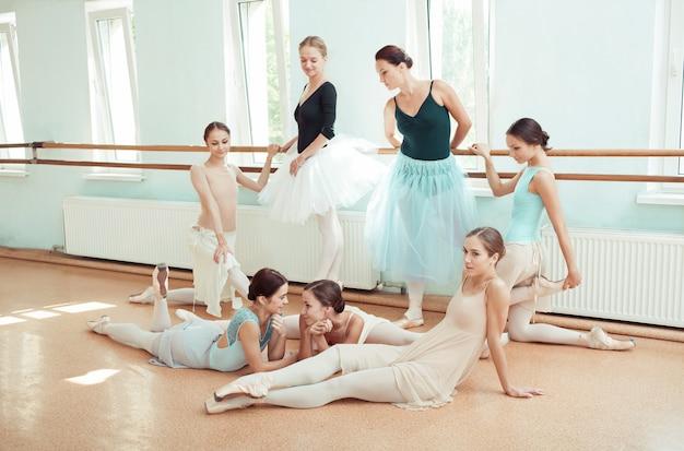 Sieben ballerinas an der ballettstange