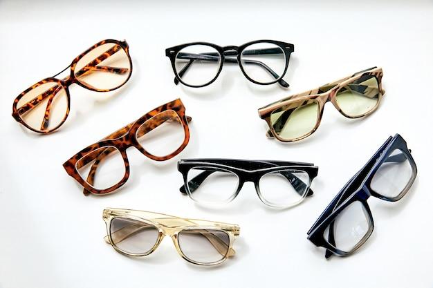 Sieben modebrillen auf weißem hintergrund