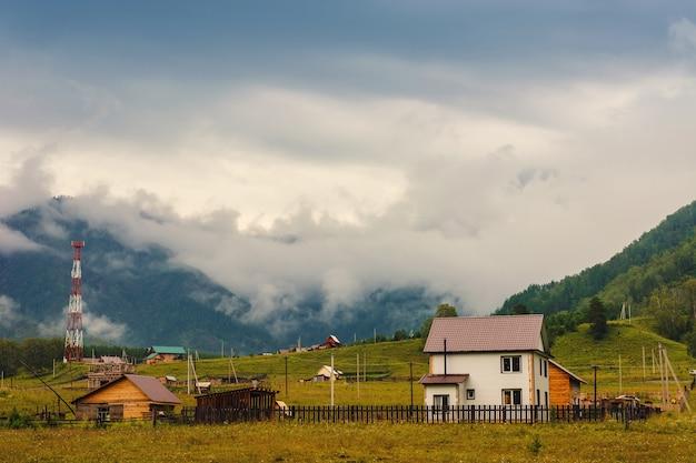 Siedlung in den bergen. das moderne leben findet eine verbindung mit der natur. altai.