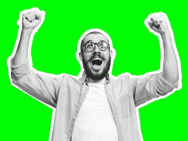 Sieger feiern. collage im zeitschriftenstil mit emotionalem mann in schwarz-weißer kontur auf hellem hintergrund mit exemplar. modernes design, kreative kunstwerke, stil und menschliches emotionskonzept.