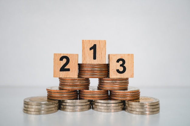 Siegerpodest auf stapel von münzen als börse