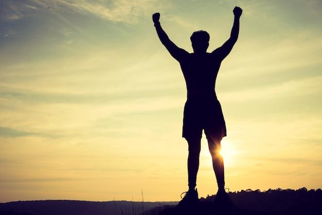 Siegersportmannschattenbild auf die gebirgsoberseite. sport und aktives leben konzept