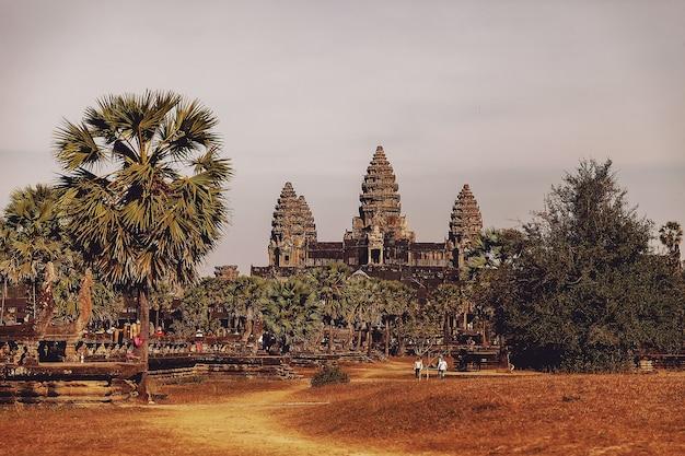 Siem reap, kambodscha, februar 2014: einige leute touristen auf den steinruinen des tempelkomplexes angkor wat, größtes religiöses denkmal und unesco-weltkulturerbe?