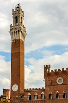 Siena, italien blick auf torre del mangia, den berühmten turm am hauptplatz von siena (piazza del campo).