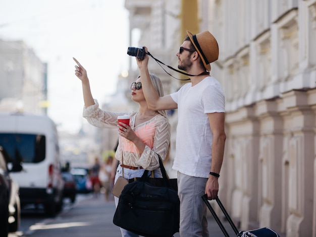 Sightseeing-reisen. touristen machen fotos während ihres urlaubs. familienurlaub. schönes architekturkonzept