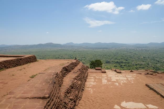 Sigiriya oder sinhagiri (lion rock sinhalese) ist eine alte felsenfestung im nördlichen distrikt matale in der nähe der stadt dambulla in der zentralprovinz in sri lanka.
