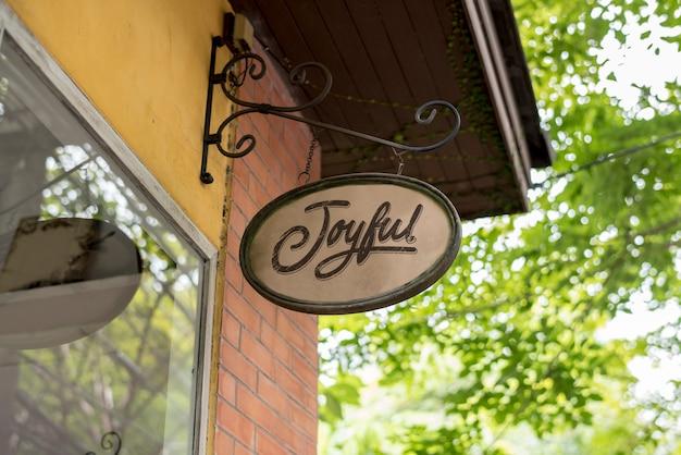 Signage auf einem restaurantwandmodell