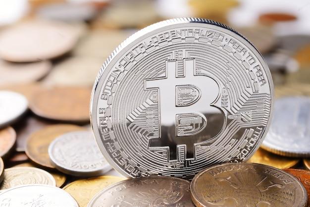 Silber bitcoin auf verschiedenen münzen haufen