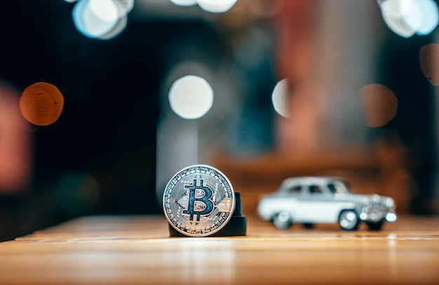 Silber bitcoin isoliert auf dem tisch